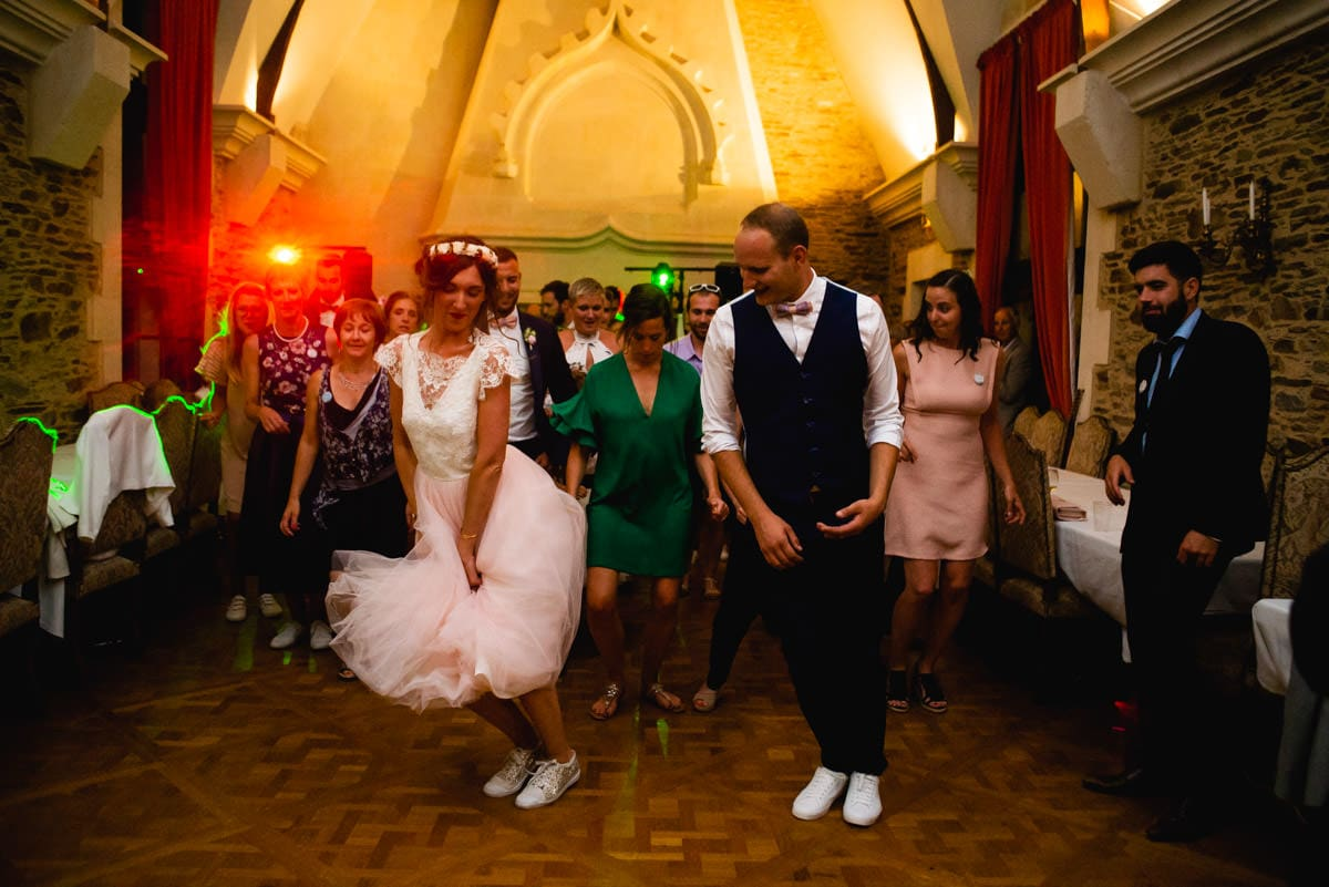 Les mariés ouvrent le bal avec un Lindy Hop au châteua de la colaissiere