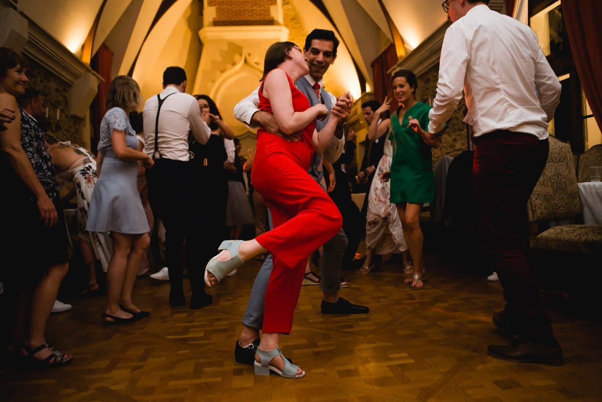 la copine en combinaison rouge danse le rock avec son compagnon au mariage chic et champetre de nantes