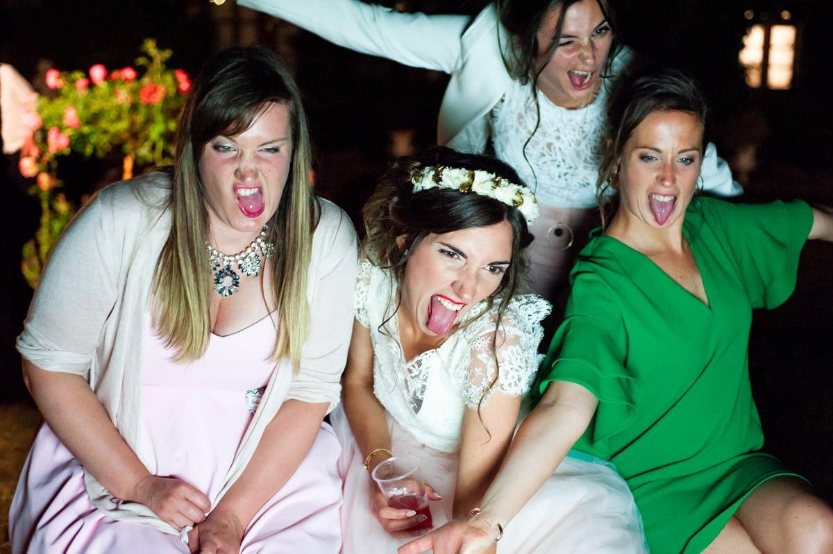 La mariée et ses copines font des grimaces devant le photobooth de la VIP Box au chateau de la colaissière