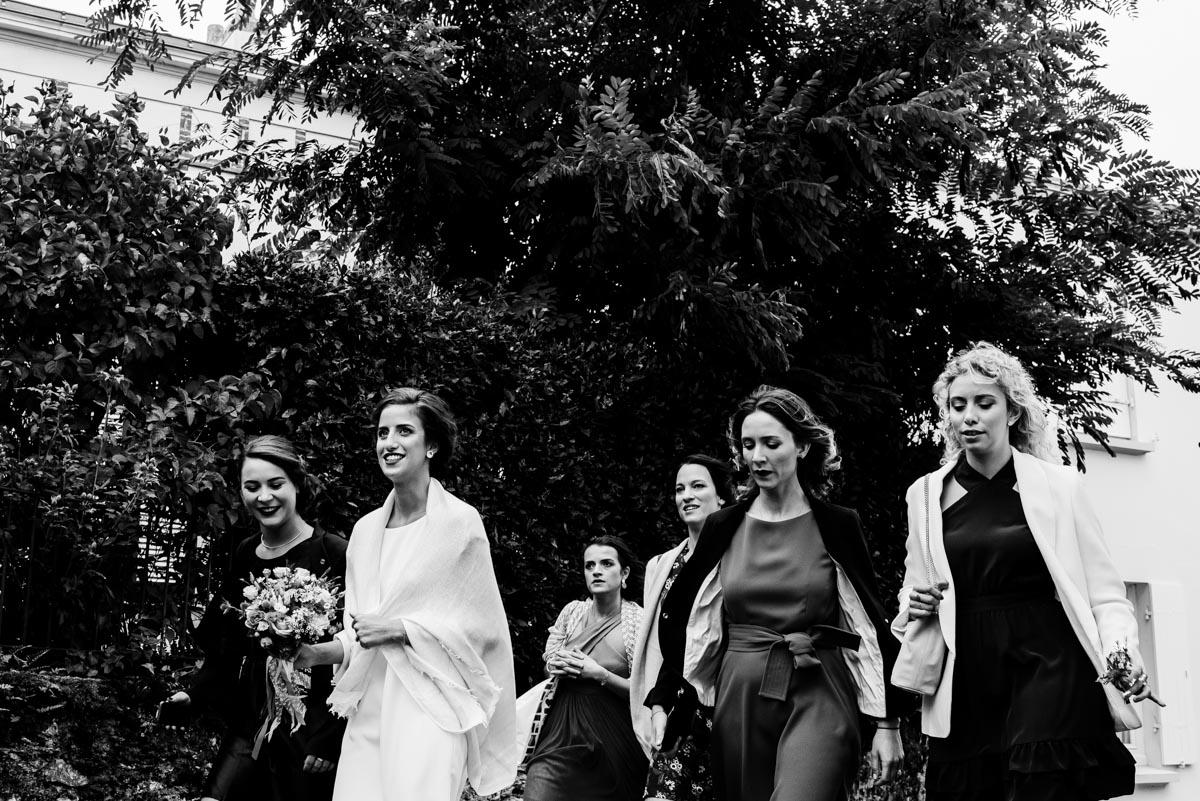 La mariée et ses témoins arrivent à la mairie de Saint Marie sur mer.