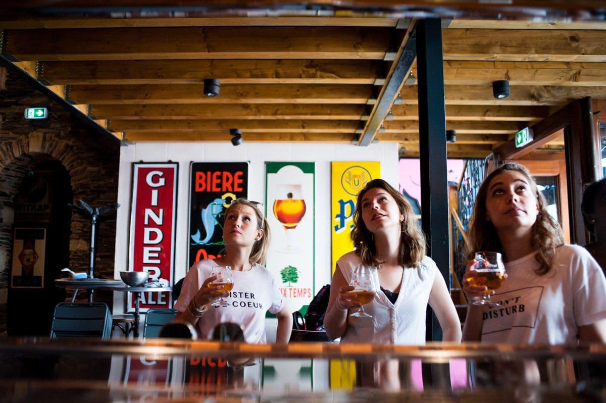 Jeune fille dans un bar d'Angers pour un EVJF