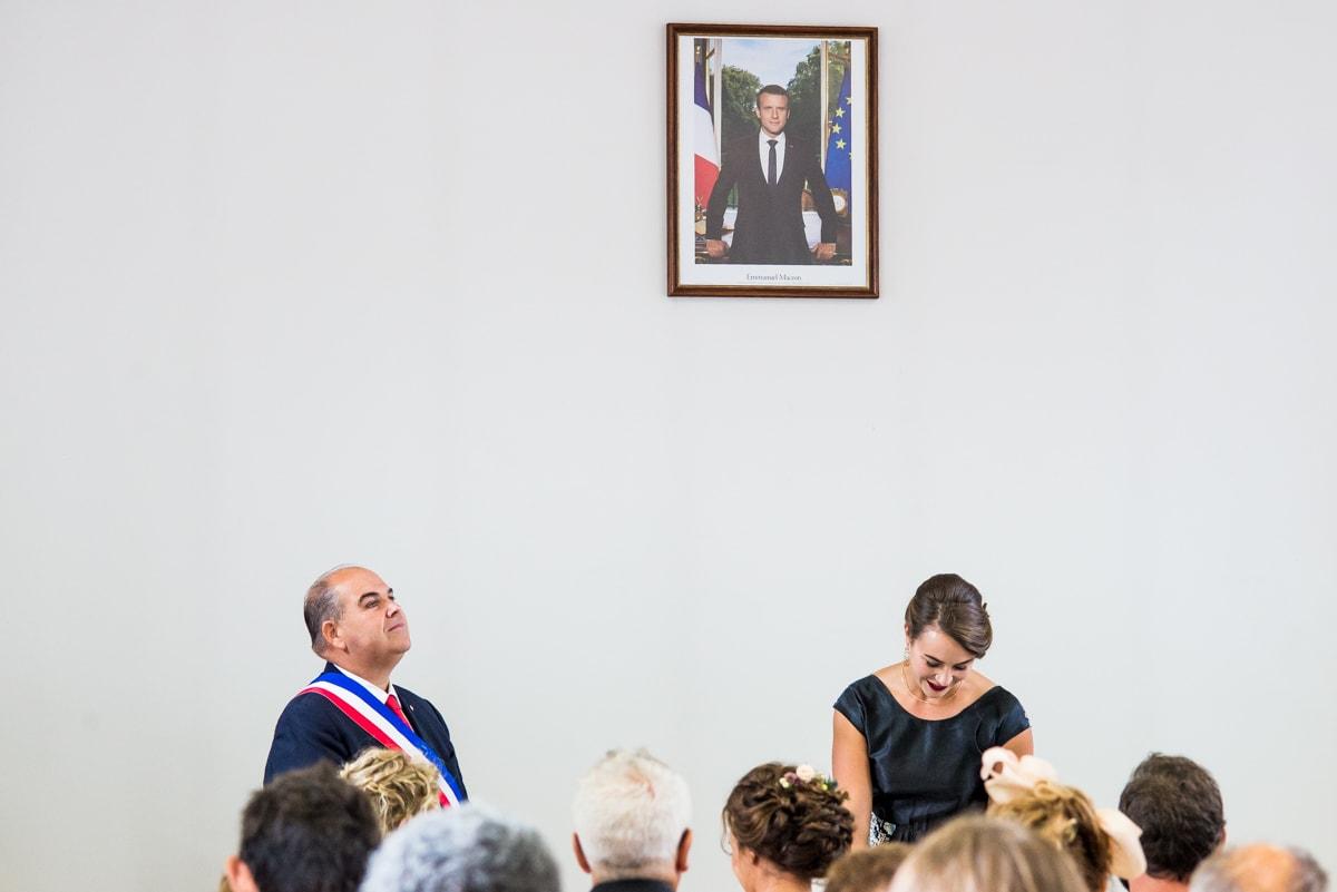 La témoin lit les actes officiels dans la mairie de Pornic.