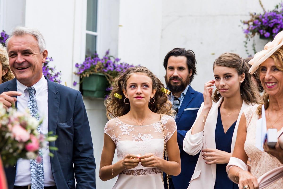 Des confettis se sont envolés dans les cheveux de la demoiselle d'honneur devant la mairie de Pornic.