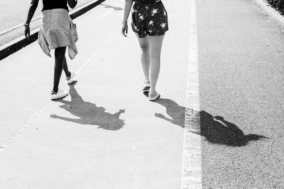 L'ombre de deux filles qui marchent dans une rue de Nantes lors d'un EVJF