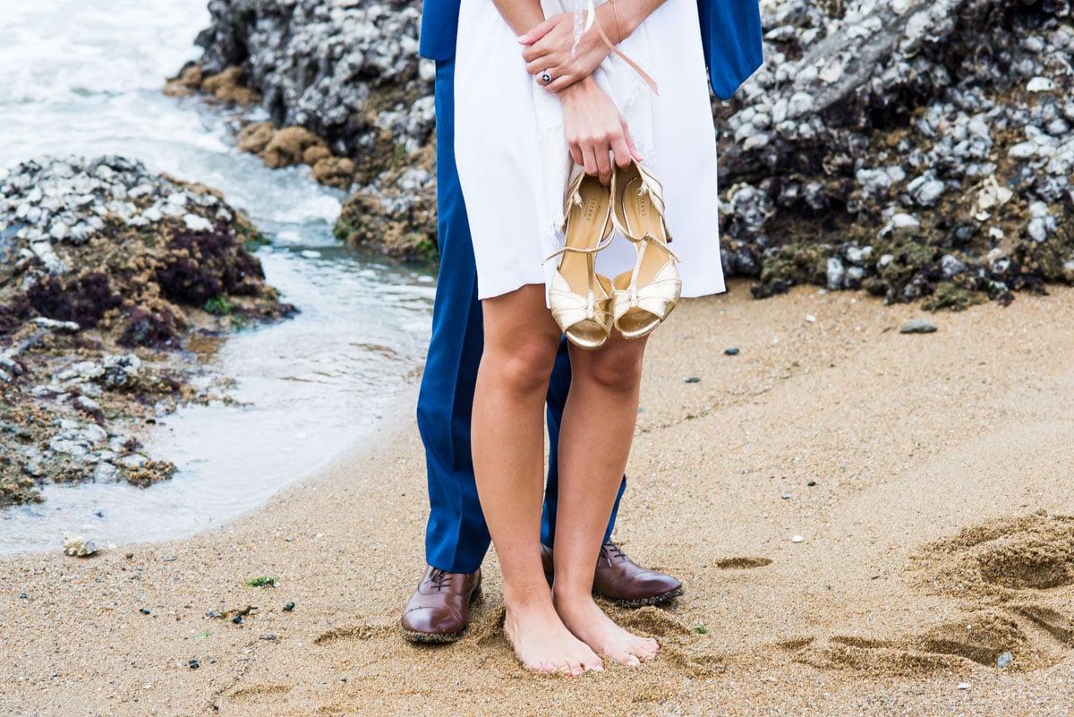 Photos de couple en bord de mer à Pornic, la mariée est pied nus dans le sable.