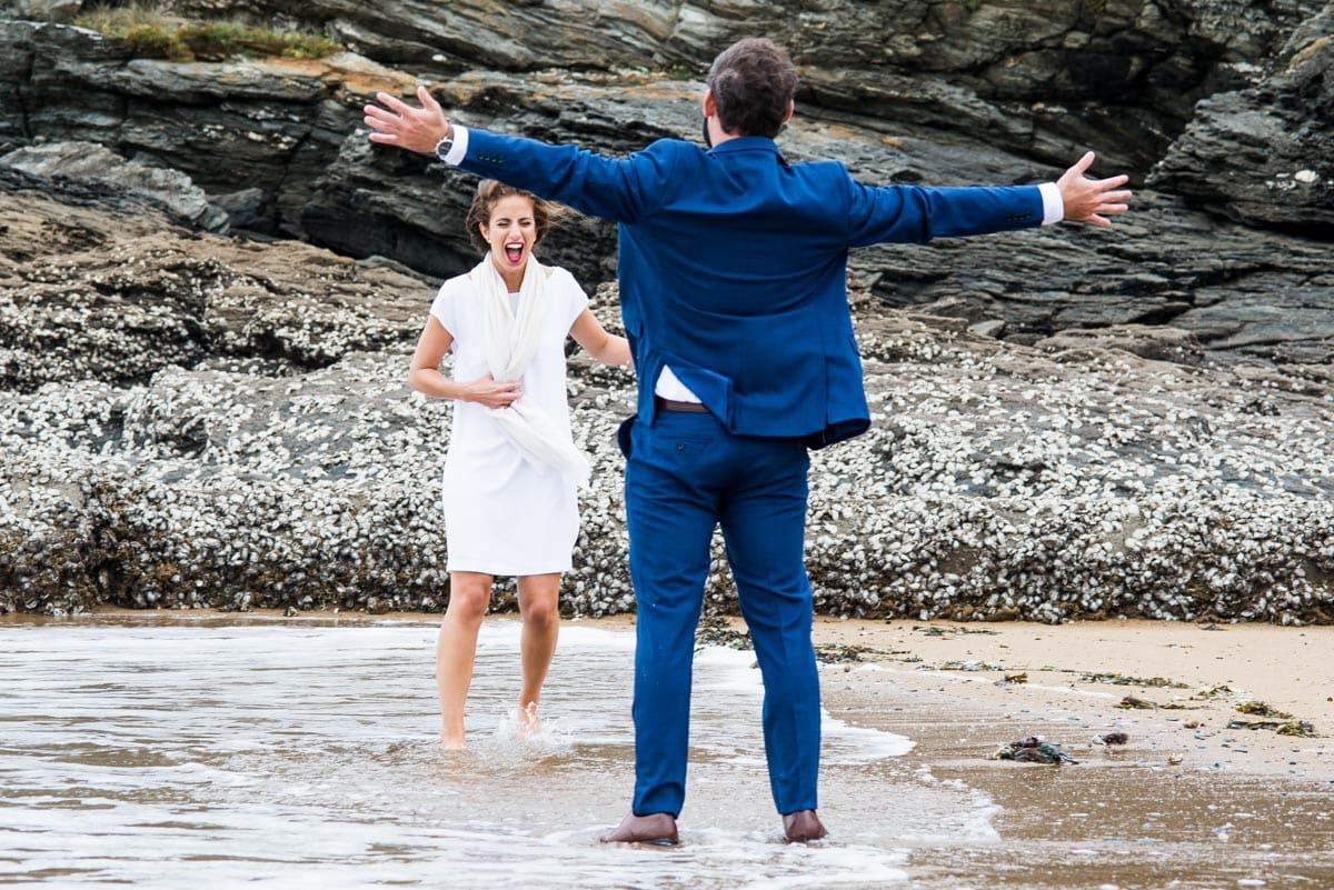 Les mariés sont les pieds dans l'eau sur la plage de Sainte Marie Sur Mer 44.