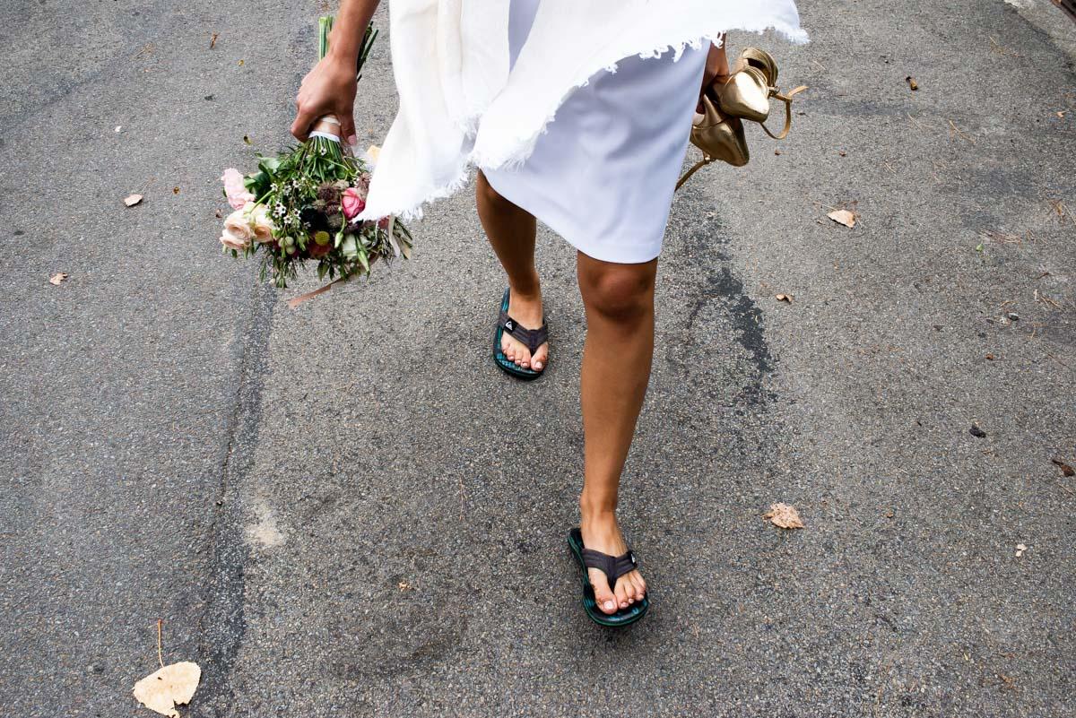 La mariée en tong marche dans les rues de Pornic.