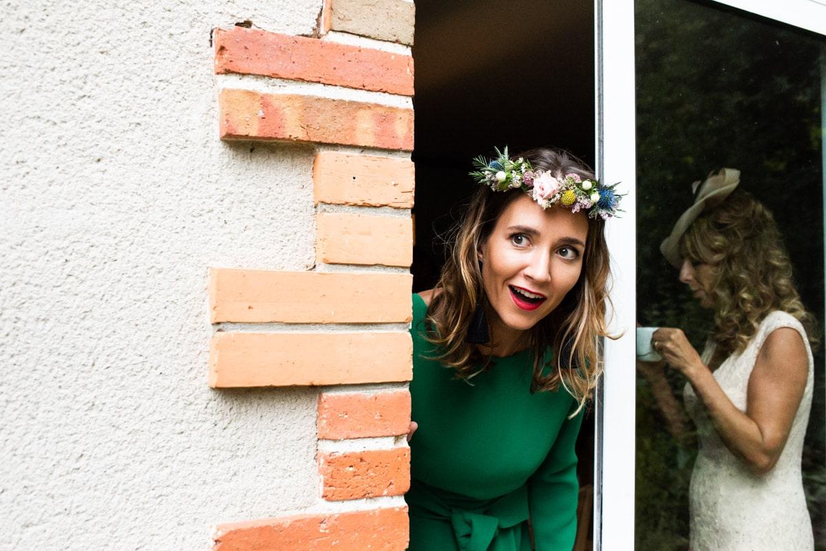 La témoin porte une couronne de fleur d'Anouk Autier lors d'un mariage chic et champetre à Pornic.