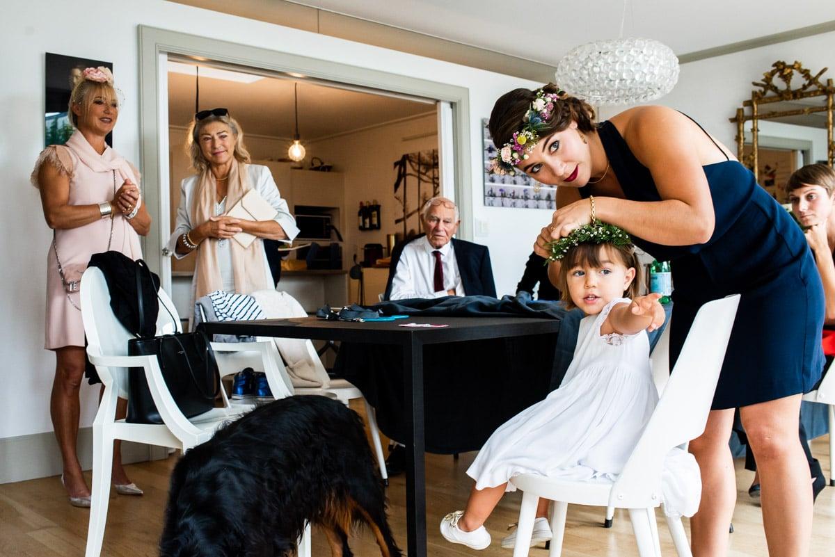 La petite fille d'honneur se prépare pour le mariage.