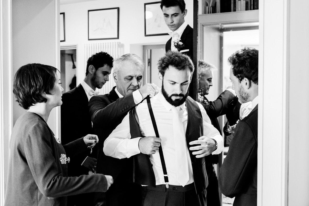 Le marié porte une tenu chic pour son mariage champetre.