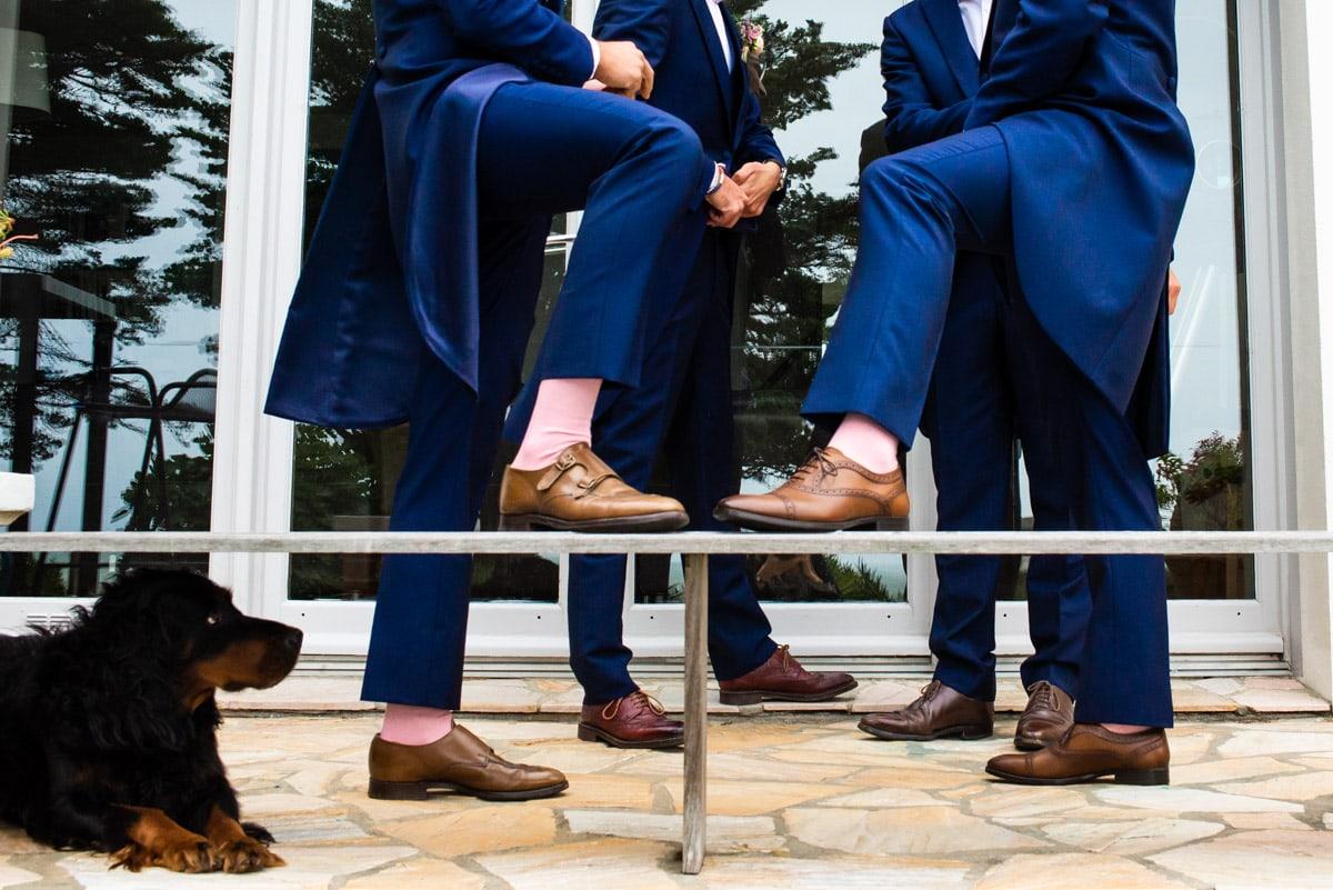 Les témoins portent des chaussettes roses assorties et de costumes de mariage chic.
