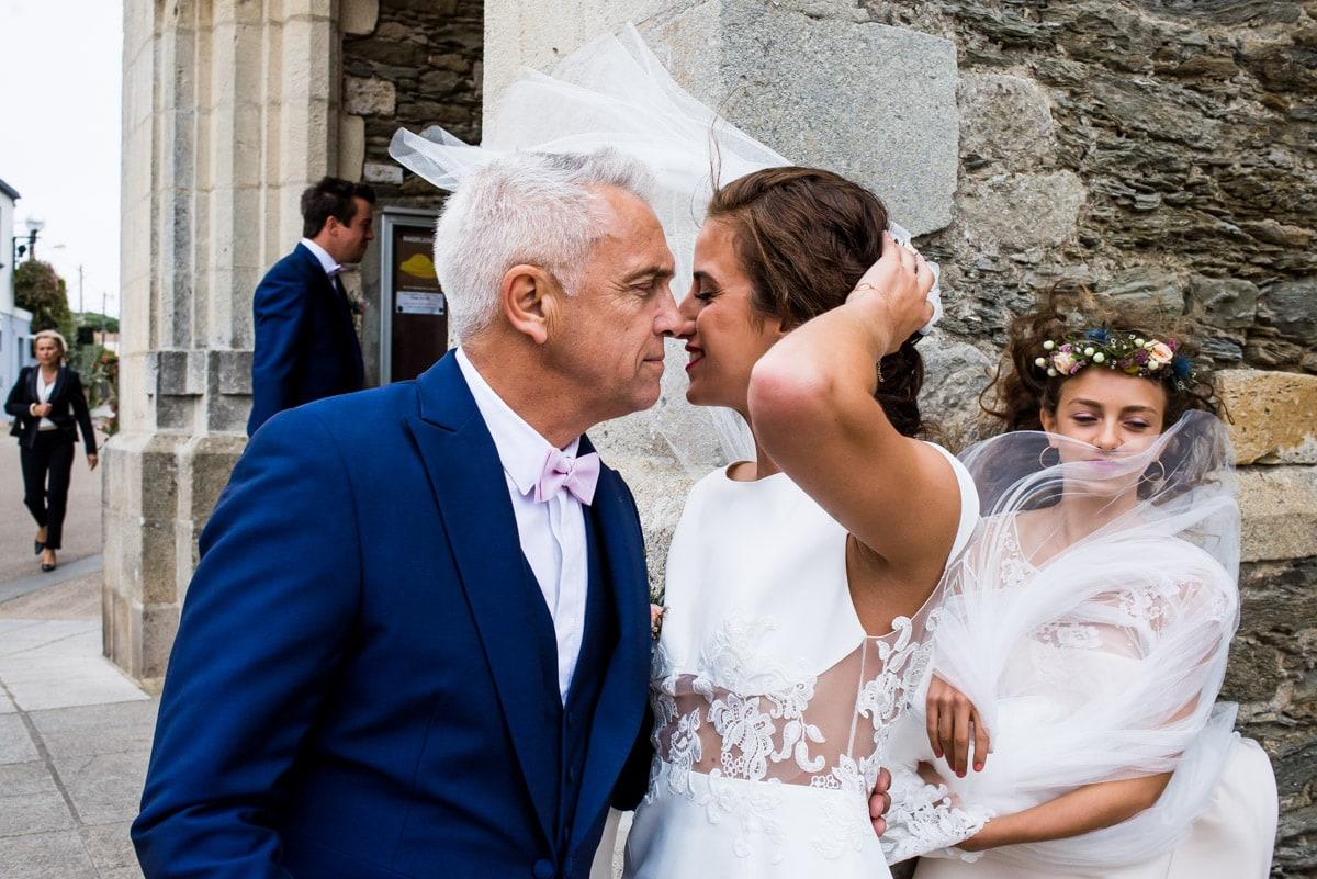 Le père de la mariée embrasse sa fille avant d'entré à l'église de Sainte marie sur mer.