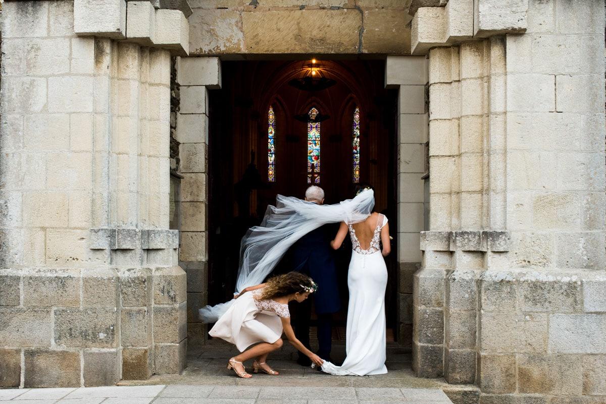 Le voile de la robe de mariée de Rime Arokady s'envole à l'entrée de l'église de Sainte Marie de la Mer.