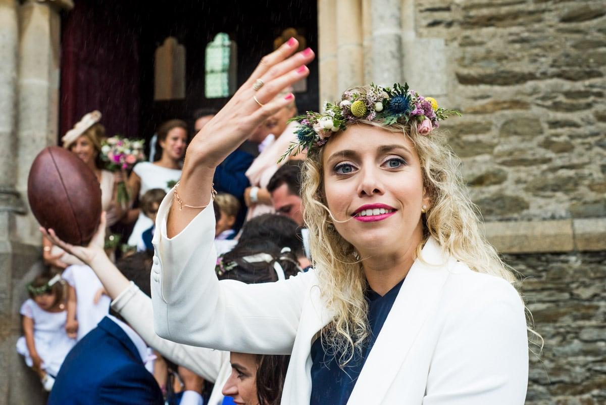 La témoin fait des signe de la main devant la haie d'honneur.