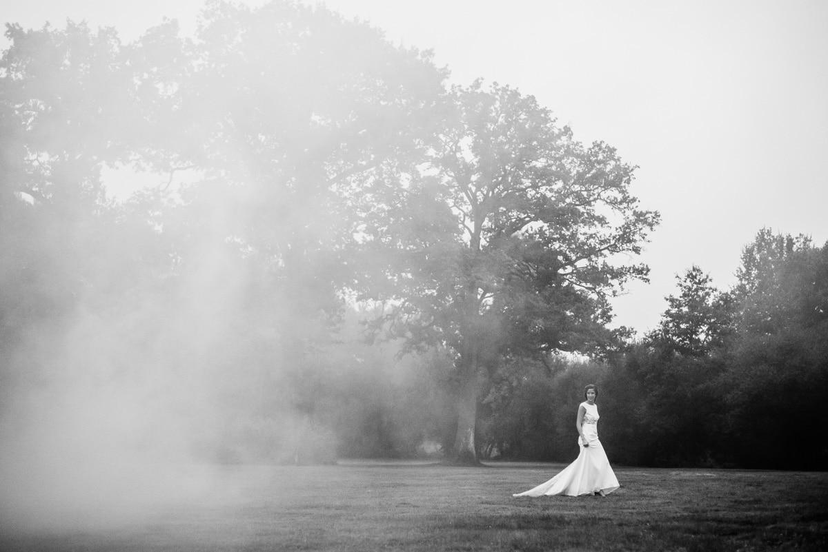 La mariée dans sa robe Rime Arokady marche dans le parc du manoir de La Jahotière