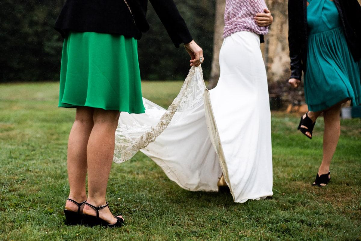 La robe de mariée chic et boheme salie par la pluie.