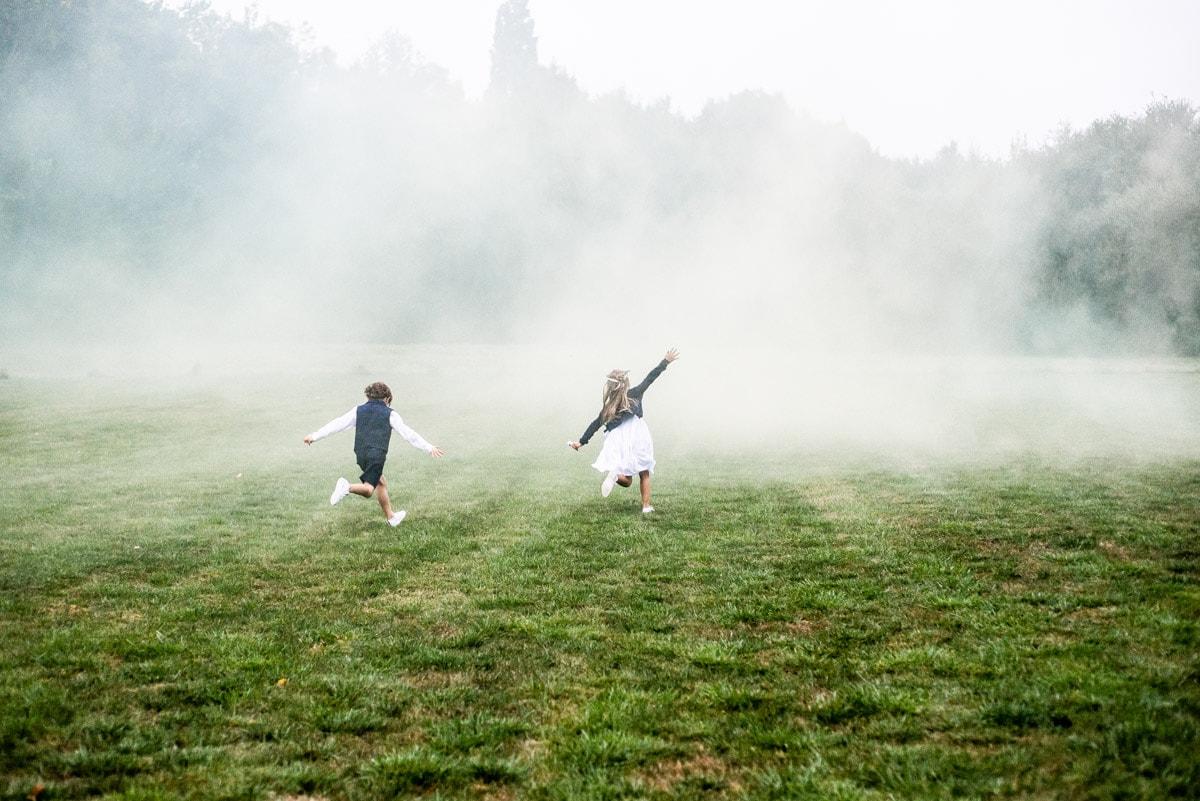 Des enfants courent dans les fumigènes dans le parc du chateau en Loire Atlantique.