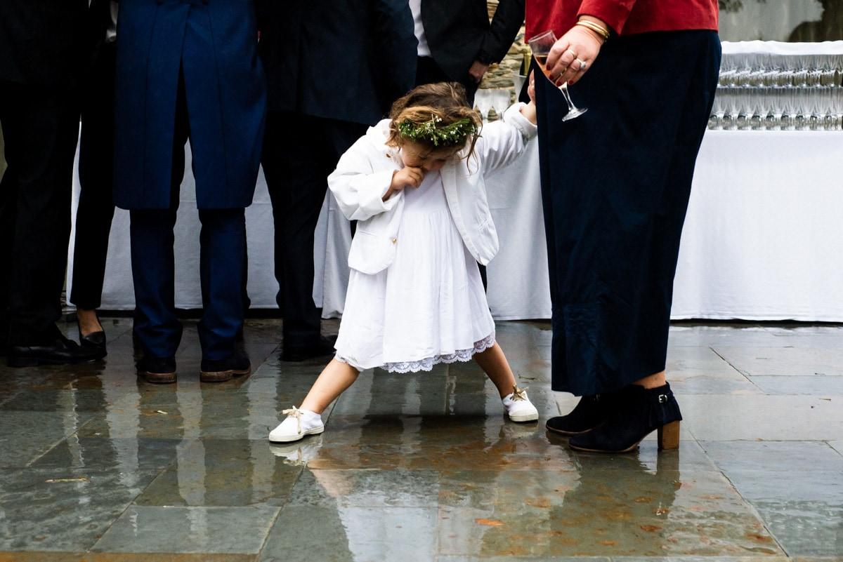 La petite fille s'ennuie pendant le vin d'honneur au manoir de la Jahotière.