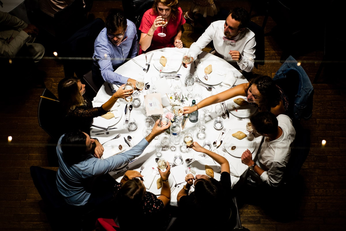 Les invités trinquent au dîner du mariage