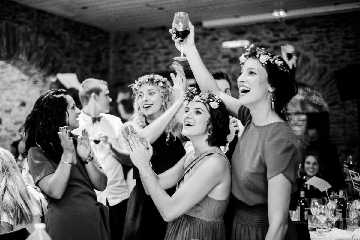 Les témoins portent un toast pendant le repas au manoir de la jahotiere.