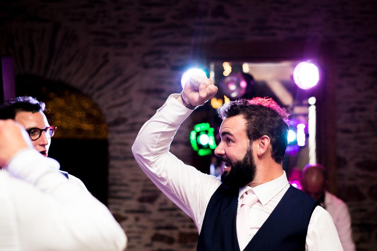 le marié danse pendant la soirée de son mariage