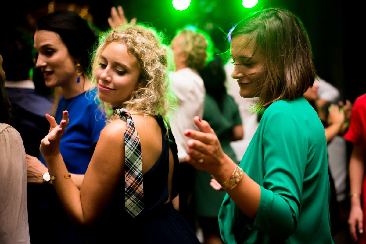 les copines dansent ensemble sur la musique du DJ.