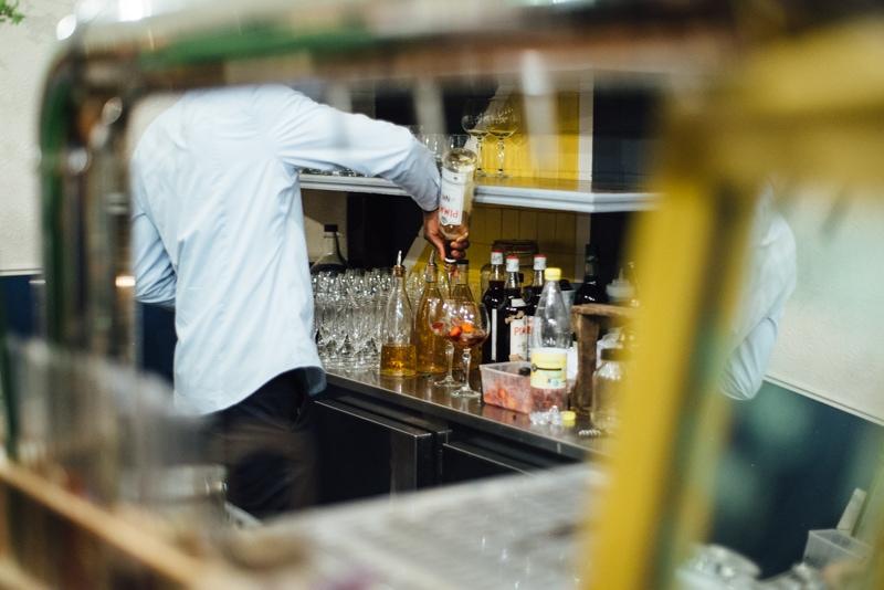 Un serveur prépare des cocktails pendant une activité EVJF à Nantes