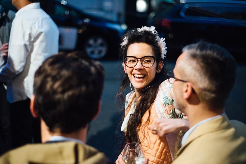 Une femme en terrasse rigole avec son ami lors d'un EVJF à Paris