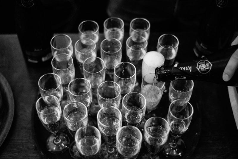 Champagne servi dans des flûtes pour un enterrement de vie de jeune fille à Nantes