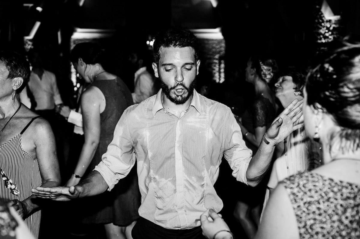 Un homme danse lors d'une fête d'enterrement de vie de jeune fille et de vie de garçon à Nantes