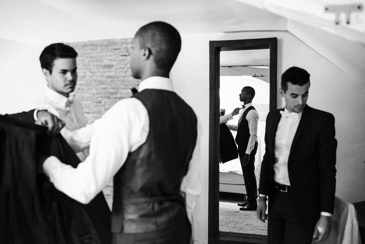 Le marié est en train de s'habiller avec ses témoins au château de l'Eperonnière