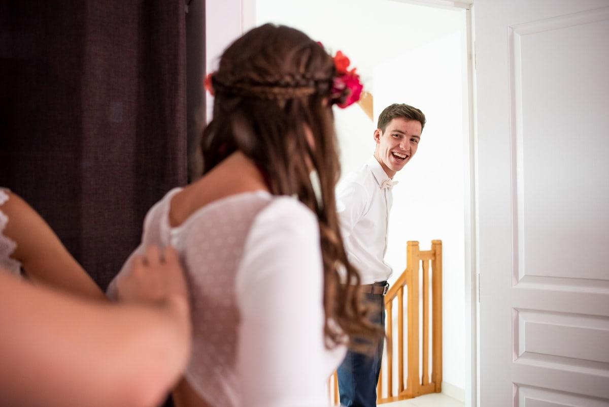 Le regard du frère de la mariée à la fin des préparatifs.