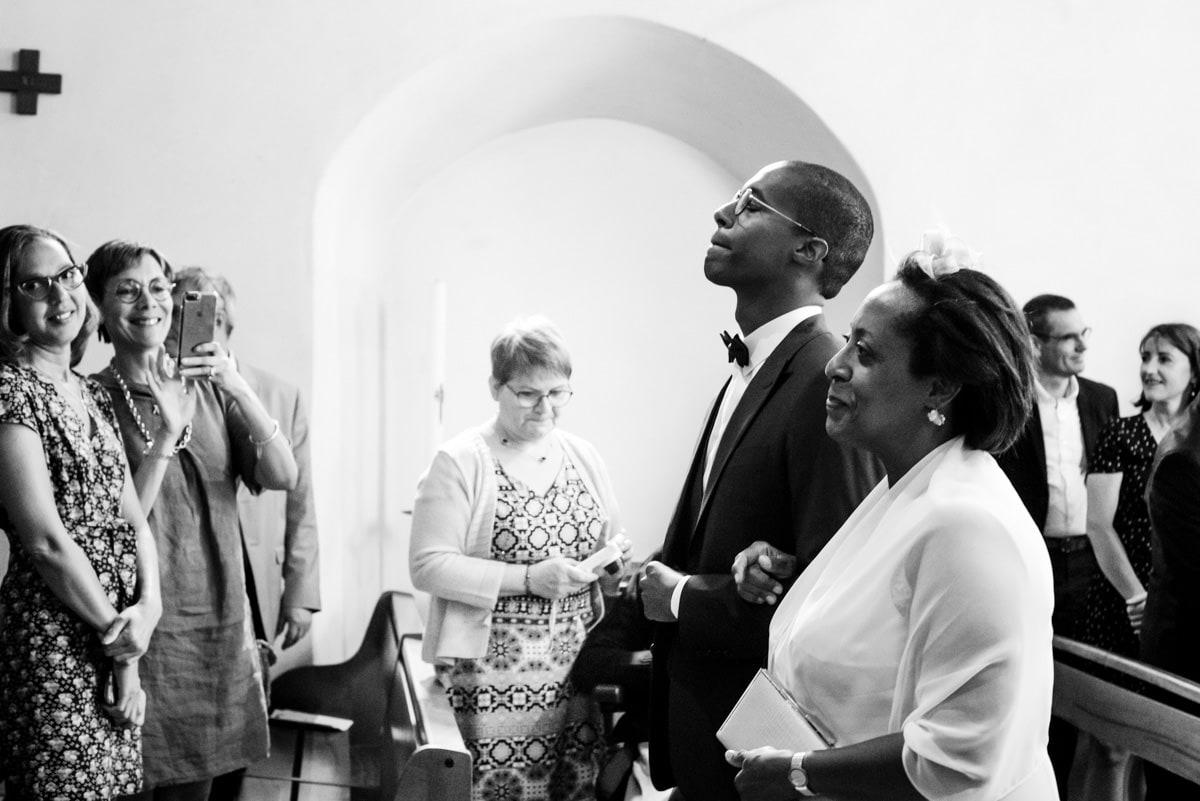 La mère du marié accompagne son fils à l'autel de l'Eglise.