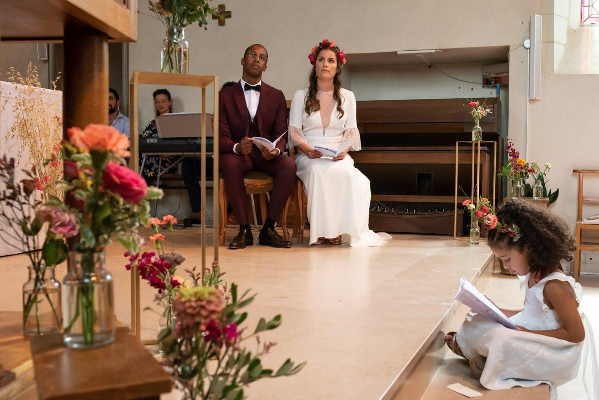 Les mariés écoutent les lectures lors de la cérémonie religieuse de leur mariage à l'Eglise de Beaucouzé.