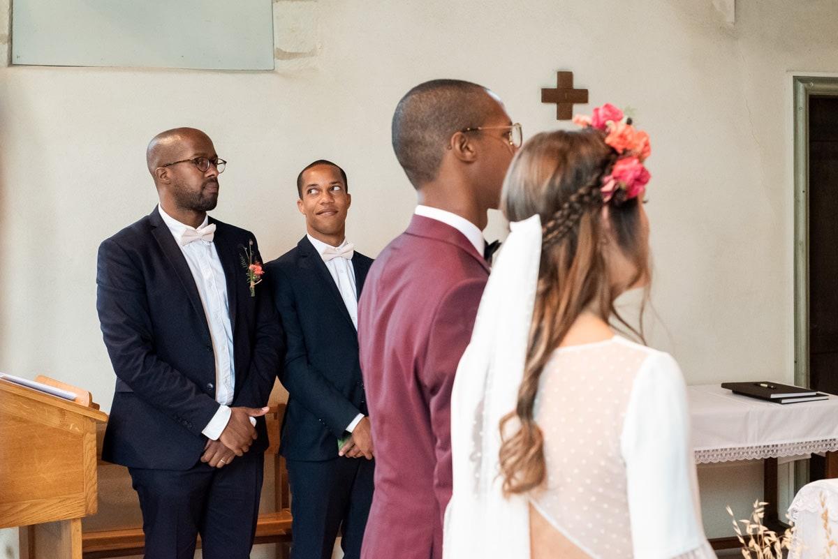 Les témoins écoutent distraitement les discours lors d'un mariage religieux.