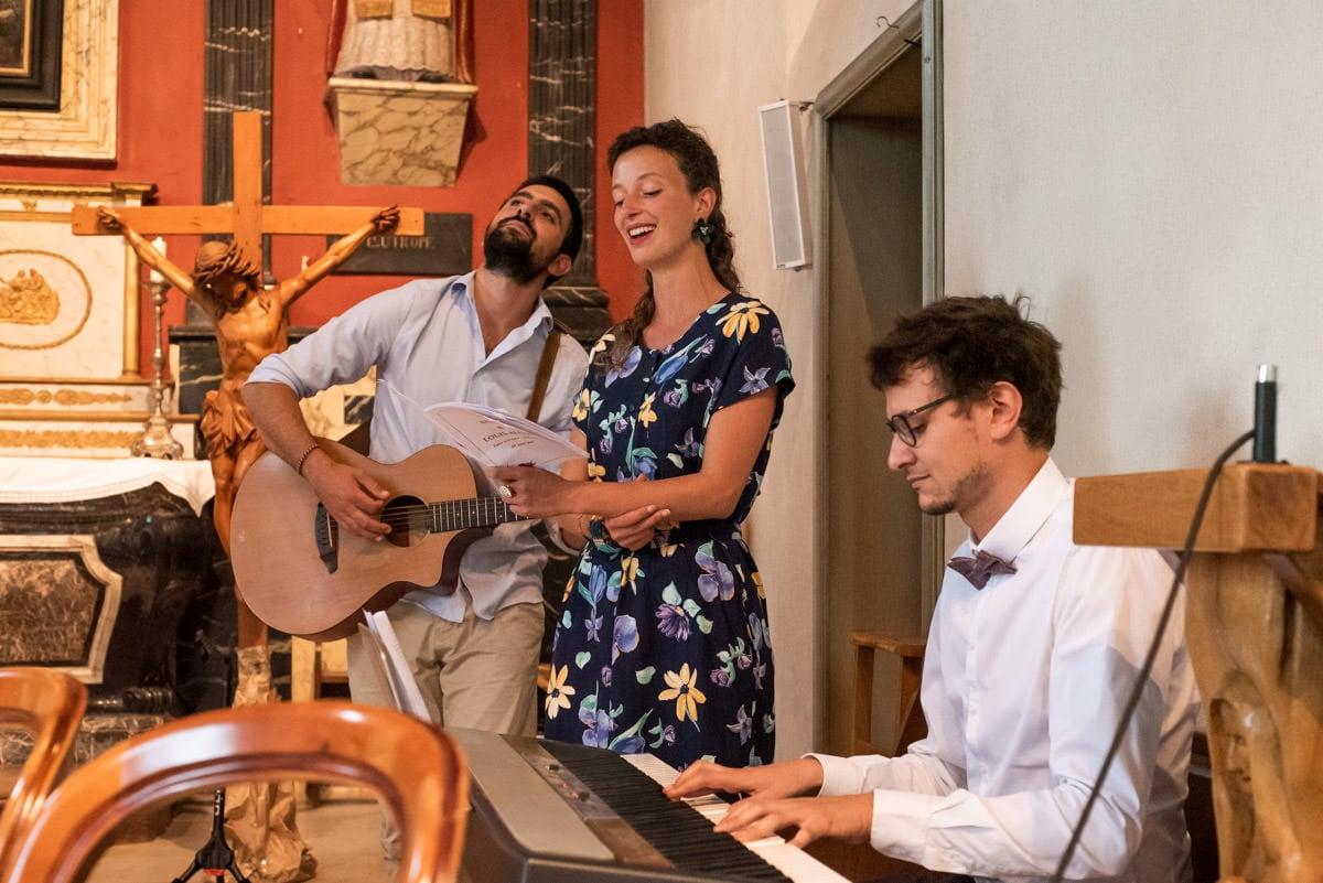 Les amis des mariés jouent de la guitare, du piano et chante lors du mariage religieux à l'Eglise de Rochefort sur Loire.