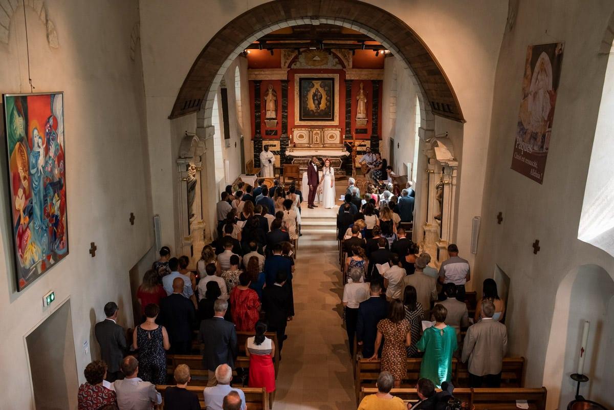 Vue d'ensemble de l'Eglise de Beaucouzé lors d'un mariage coloré.