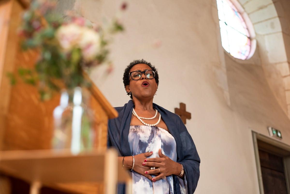 La marraine du marié chante à cappela dans l'Eglise.