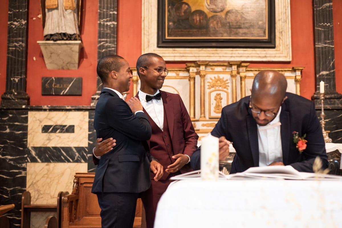 Les témoins signent les registres lors d'un mariage catholique.