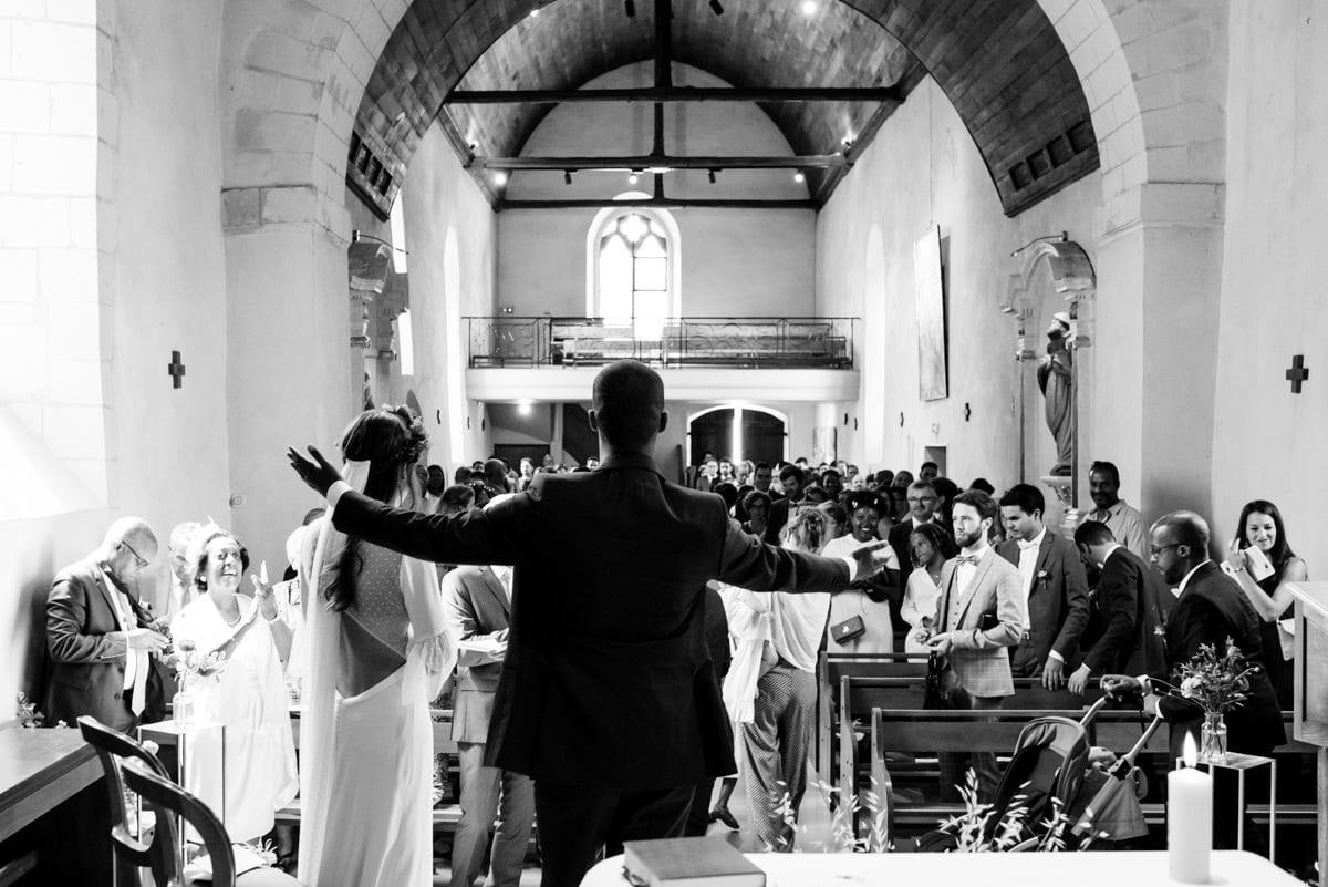 Les mariés admirent l'assemblée de leurs invités à l'Eglise de Beaucouzé.