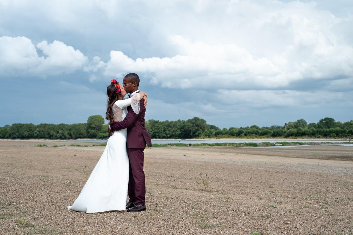 Photo de mariage coloré et chic sur une plage de Loire à Béhuard.