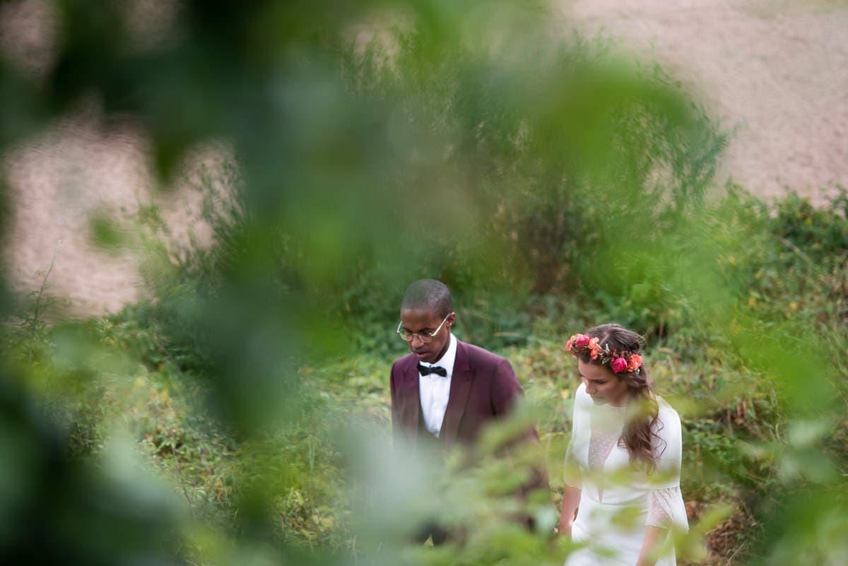 Les mariés font une séance de photo de couple en bord de Loire à Béhuard.