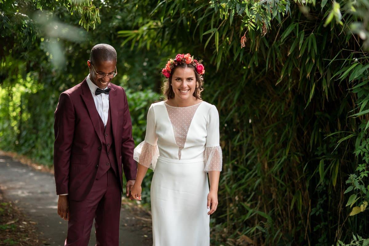 La mariée dans sa robe Fancy de Sophie Sarfati est tout sourire.