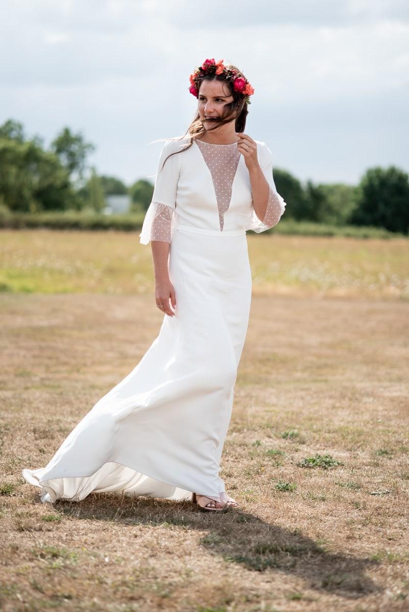 La mariée porte la robe Fancy de Sophie Sarfati dans le jardin du chateau de l'Eperonnière.