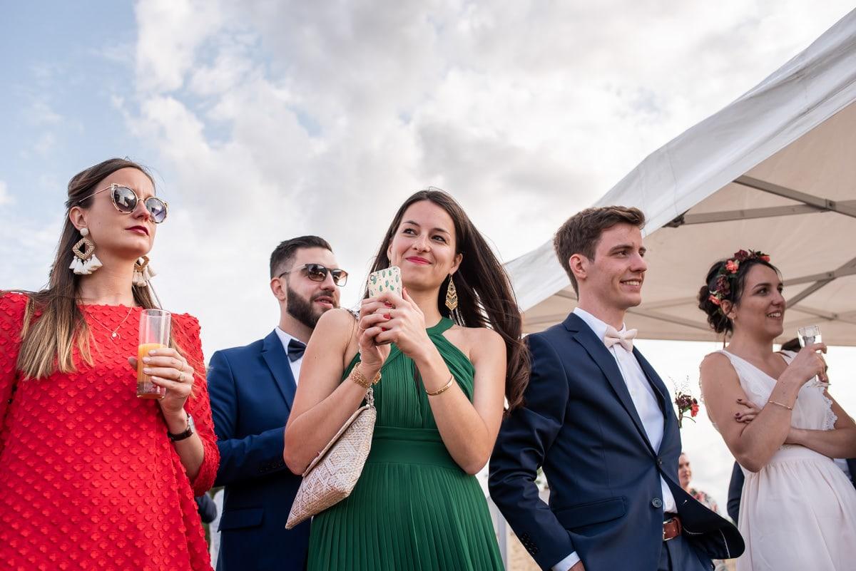 Les amis en robe coloré écoutent et son émus des prises de parole.