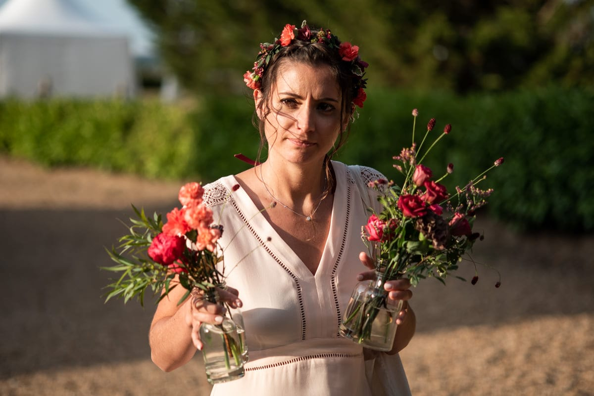 La demoiselle d'honneur porte les fleurs de l'Atelier Aimer.