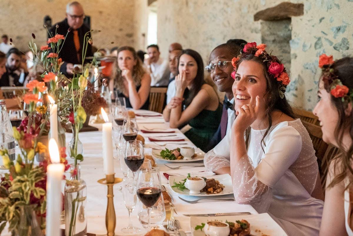 La mariée devant son repas de mariage du traiteur le Relai 53.
