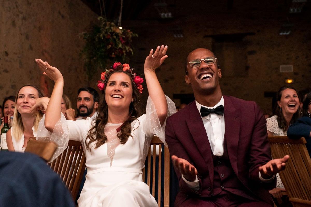Les mariés son,t mort de rire devant une animation surprise de leur mariage.