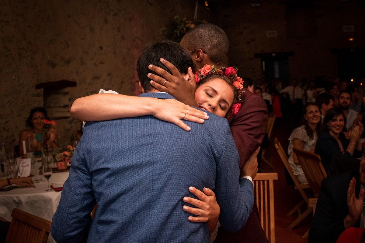 La mariée embrasse un invité.