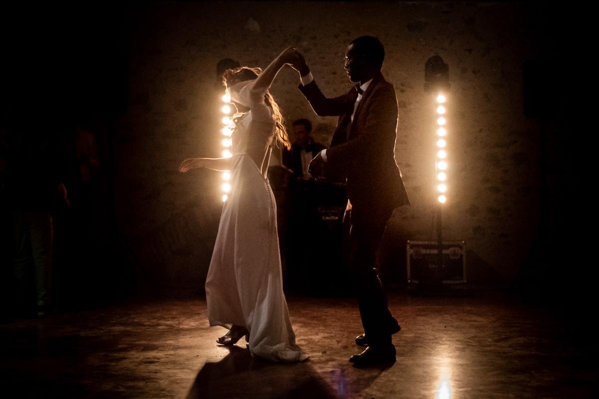 Les mariés ouvrent le bal au château de l'Eperonnière avec Musique et Emotion.